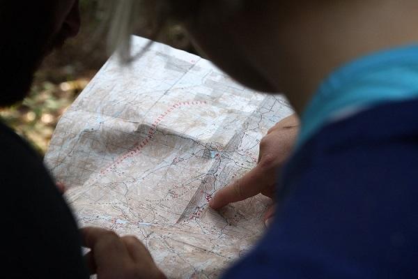 туристи вивчають карту
