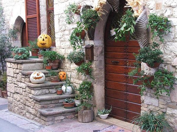 італія_геловінські_декорації_біля_дверей_будинку