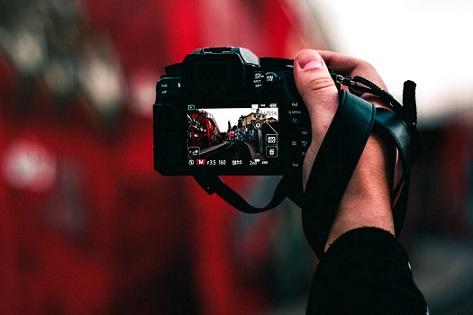 людина робить фотознімок